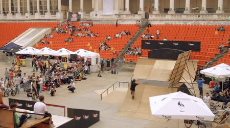 façanha : Skate Roller Performing In Extreme Sports Contest, Ramp, Speed, High Angle Pan Vídeos