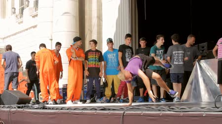 pausa : B Boy Dance Contest, People Warming Up For Battle, Outdoors, Crowd Point Of View