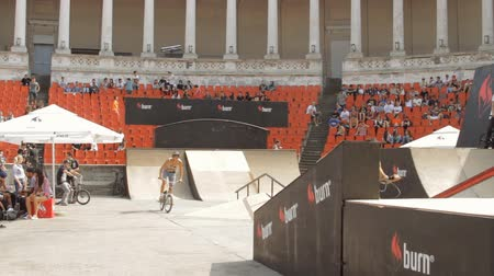 façanha : BMX Bikers Warming Up For Extreme Sports Contest, Ramp, Speed, Low Angle Pan Vídeos