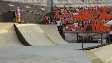 façanha : Skaters Warming Up For Extreme Sports Contest, Ramp, Speed, Low Angle Pan