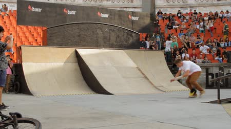 façanha : Skaters Warming Up For Extreme Sports Contest, Ramp, Speed, Low Angle Shot