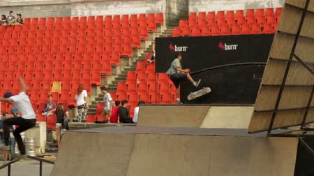 façanha : Skaters Warming Up For Extreme Sports Contest, Ramp, Speed, Medium Angle