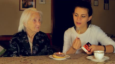 stáří : Great Great Grandmother Blowing The Candle For Her Birthday, Side Shot Dostupné videozáznamy