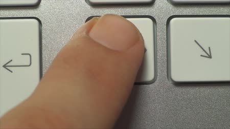 masaüstü : Hand Pushing The Delete Key, On A White Desktop Keyboard, Technology Stok Video