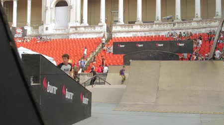 façanha : Skaters Warming Up For Extreme Sports Contest, Ramp, Speed, Medium Angle Pan