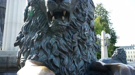guardian : Statue of a bronze lion Stock Footage