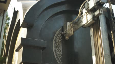гравюра : The engraving machine makes an icon on the monument
