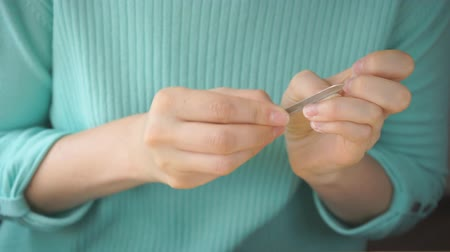 dokonalost : Girl makes herself manicure with nail file