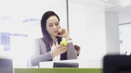 executivo : Woman in office checking cell phone Stock Footage