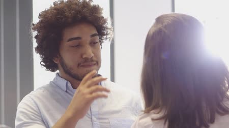 диалог : Middle Eastern Man having a conversation with female colleague in office