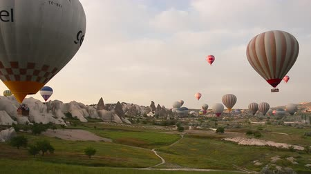 воздух : Hot air ballon tour, voyage, trip, journey, adventure at Cappadocia, Urgup, Turkey. Colorful hot air balloons flight on sky. The area is a popular tourist destination, as it has many areas with unique geological, historic, and cultural features.  The regi
