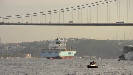 przesyłka : Container ship NEDLLOYD HUDSON, Maersk (IMO : 9189354, London) October 29, 2014 in Bosporus, Istanbul : Blue tanker is crossing the Bosporus Strait Wideo