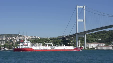 przesyłka : Red crude tanker is crossing the Bosphorus Bridge