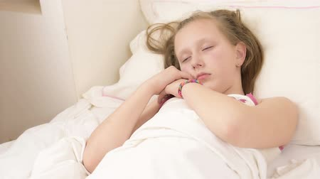hora de dormir : Beautiful big blue eyed teenage girl fall asleep on white bed close up