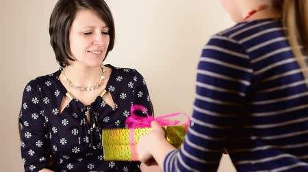 csók : Beautiful green eyed brunette mom receive golden gift box from her teenage daughter