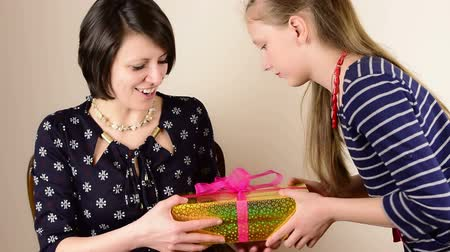 мама : Beautiful green eyed brunette mom receive golden gift box from her teenage daughter