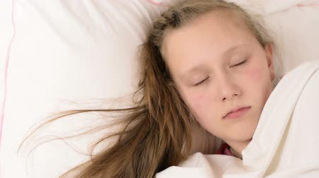 blond vlasy : Beautiful big blue eyed teenage girl fall asleep on white bed close up