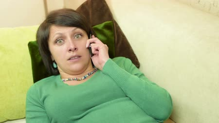 expressão facial : Facial expressions of cute cheerful wide green eyed woman when she talk on phone Vídeos