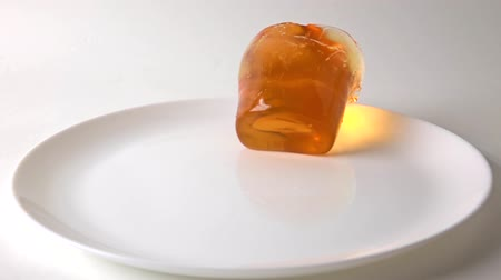 отскок : Super slow motion video of orange jelly falling on white plate