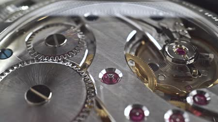 dívat se : Close up dolly shot of precise watch movement
