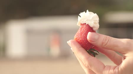 açoitado : Strawberry with whipped cream