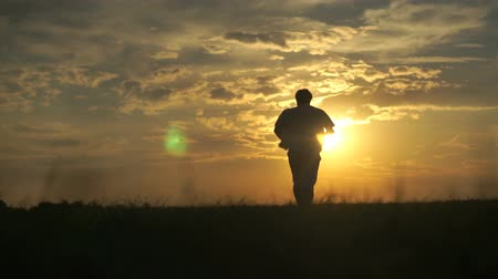 corrida : Silhouette of man running towards beautiful sunset
