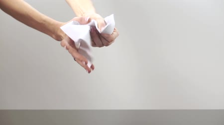 бумага : Female hands crumpling a sheet of paper Стоковые видеозаписи