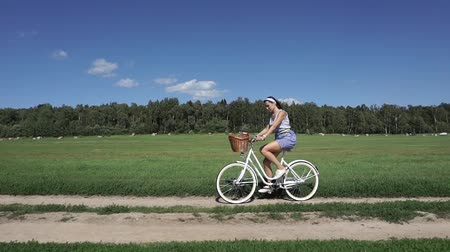педаль : Summer field classical bicycling, slow motion steadicam shot