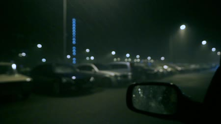 гром : Parked cars in stormy night slow motion bokeh video