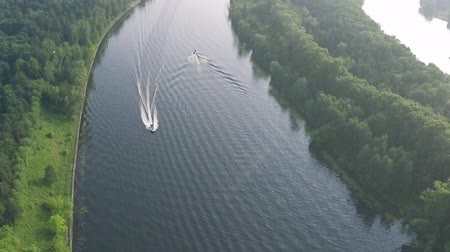deslizamento : Aerial tilt shot of two motorboats cruising along the river Vídeos
