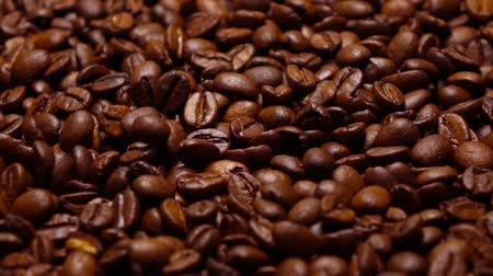 отскок : Throwing roasted coffee beans on pan, super slow motion shot