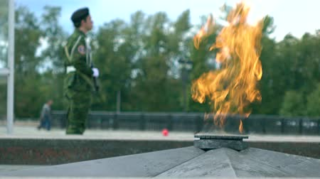 muhterem : Eternal flame memorial and armed guard. 4K long shot Stok Video