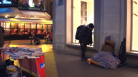 andarilho : PARIS, FRANCE - DECEMBER, 31, 2016. Poor immigrant sitting on the street.