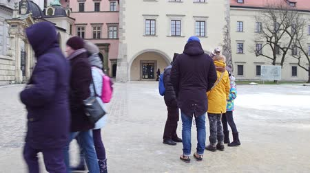 vezetett : KRAKOW, POLAND - JANUARY, 14, 2017 Steadicam shot of guided family group tour at Wawel Castle. Local landmark and popular touristic destination.