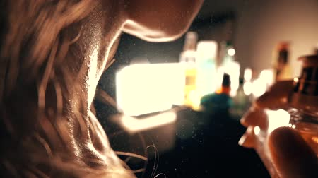 pulverização : Beautiful woman spraying perfume on her neck. Slow motion close-up video
