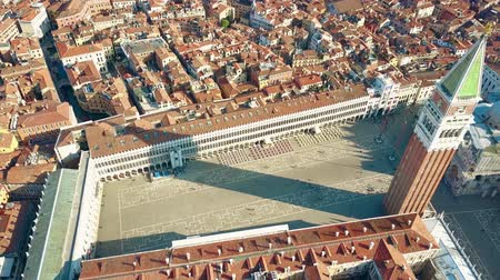 вниз : Aerial view of Piazza San Marco and the Campanile in Venice, one of the most famous landmarks in Italy