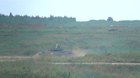 silahlar : MOSCOW REGION, RUSSIA - AUGUST 25, 2017. Slow motion shot of moving Russian army tank Stok Video