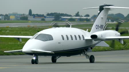 pólos : WARSAW, POLAND - SEPTEMBER 8, 2017. Piaggio P-180 Avanti turboprop airplane at the Chopin international airport Stock Footage