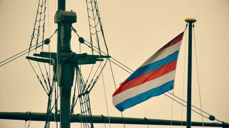 námořník : Waving Navy flag of the Secretary of Defence of the Netherlands on the mast of an old ship memorial in Amsterdam Dostupné videozáznamy