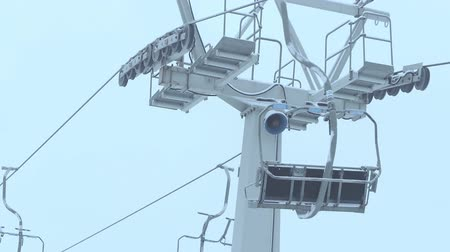 vaga : Operating ski chairlift in the fog