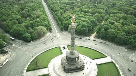 платформа : Aerial shot of Berlin Victory Column, major tourist attraction of the city, Germany