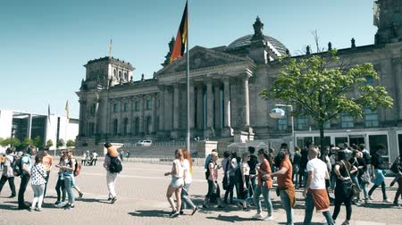 bundestag : BERLIN, GERMANY - APRIL 30, 2018. Tourists in line to enter the Reichstag or Deutscher Bundestag building Stock Footage