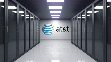 telegrafo : Logo AT & T dell'American Telephone and Telegraph Company sul muro della sala server. Animazione 3D editoriale Filmati Stock