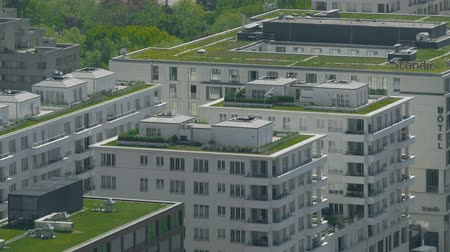 посетитель : BERLIN, GERMANY - APRIL 30, 2018. Green grass lawn on the roof of the Scandic Hotel