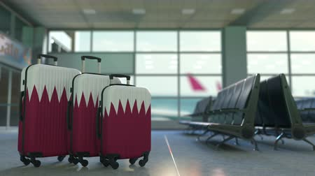 ağır çekimli : Travel suitcases featuring flag of Qatar. Qatari tourism conceptual animation Stok Video