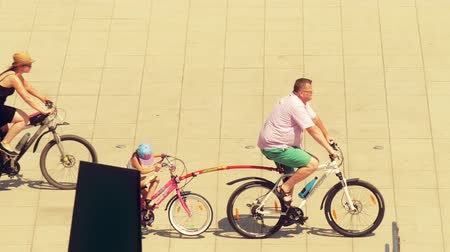 varšava : WARSAW, POLAND - MAY 31, 2018. Family cycling with a trailer bike for kid