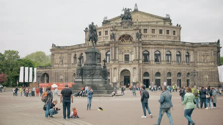 theatre : DRESDEN, DUITSLAND - 2 MEI, 2018. Semperoper of Opera House op het Theatre Square Stockvideo