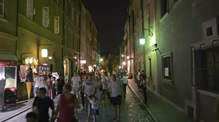kočičí hlava : WARSAW, POLAND - AUGUST 4, 2018. Crowded street in old town at night