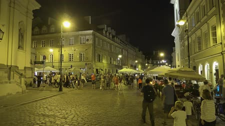 посетитель : WARSAW, POLAND - AUGUST 4, 2018. People visiting old town in the evening