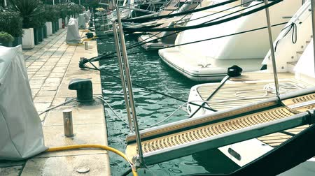 ancorado : Boarding ramps of luxury yachts at marina